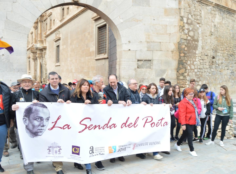 2.000 senderistas inician la Senda del Poeta desde Orihuela recordando a Miguel Hernández en el 75º aniversario de su fallecimiento