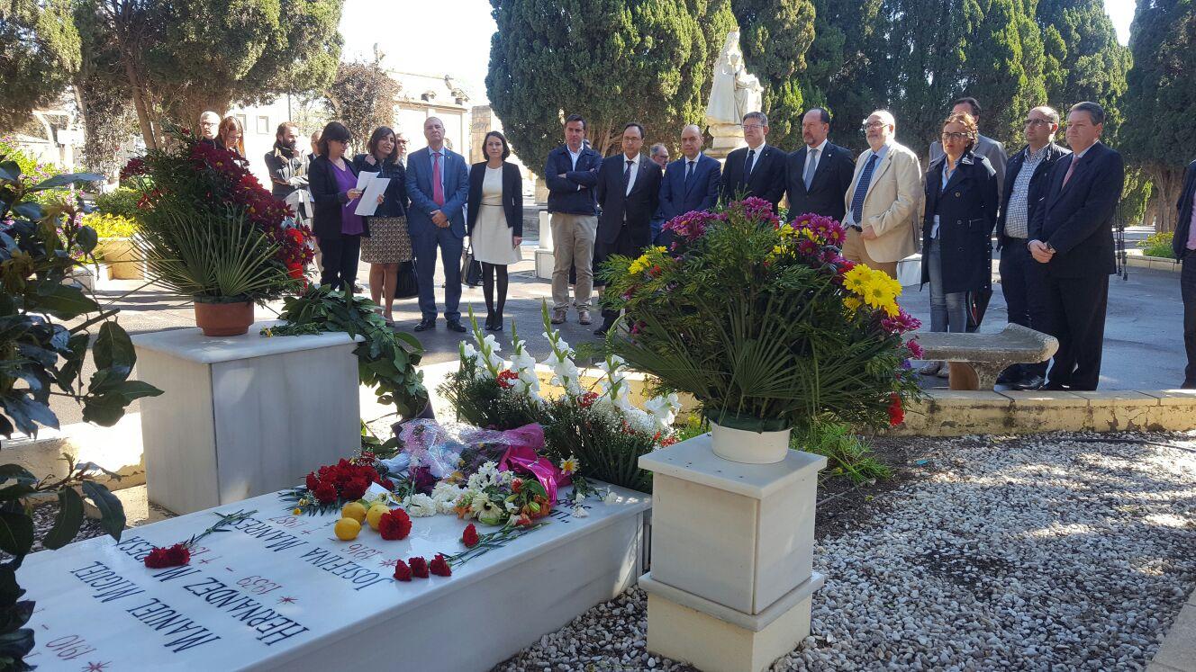 El Ayuntamiento de Orihuela rinde homenaje a Miguel Hernández ante su tumba.