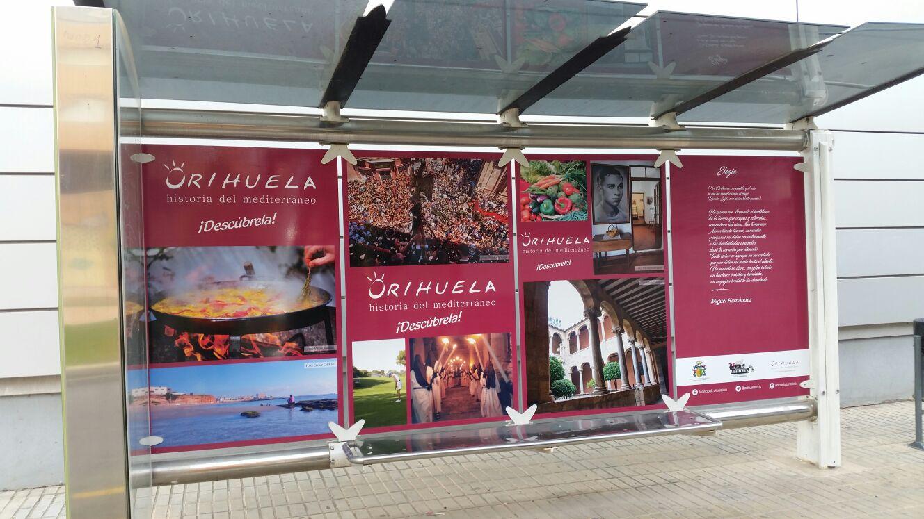 Orihuela promociona su oferta turística en las marquesinas de autobuses de toda la ciudad
